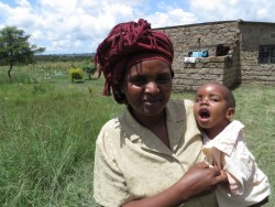 Joshua en mama Sophia thuis in Ndulya, Kenia, medical aid, crisis aid, Circle4life
