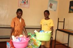 Mary en Samuel met de persoonlijke bezittingen @ Gatanga