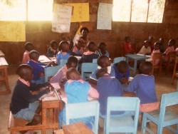 De nieuwe kleuterklas van Donyo Coffee Primary School, Kenia