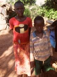 Twee van de kinderen van Nicodemus voor hun huisje in Mithi-ini, Kenia