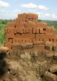 Stenen en zand voor de bouw van het huis
