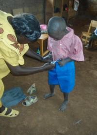 Baringo, Doughlas wordt geholpen met zijn schooluniform