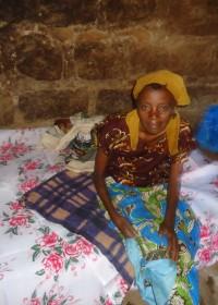 De nieuwe situatie, Rose op haar bed, Ndulya, Kenya