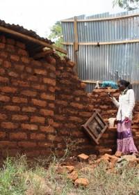Baringo, het ingestorte deel van het huis, het dak is eraf gewaaid