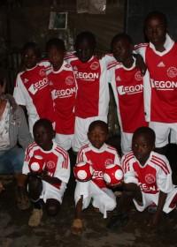 De jongens van Mysa in het sponsorprogramma van Nyoda in de sloppenwijk Korogocho