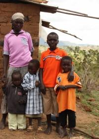 Mithini Ithanga, Peter en zijn moeder met de nog thuis zijnde kinderen