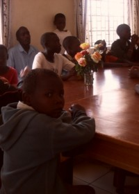 Doughlas aan de tafel bij Moyo Centre, Thika, Kenia