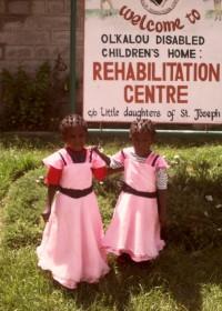 Faith en Mercy voor de kliniek in Ol Kalou, Kenia