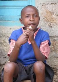 Stephen, doof geboren en bijna acht jaar oud. Gaat af en toe naar de kleuterschool, gewoon onderwijs is voor hem niet betaalbaar, Kwetu
