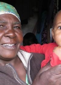 De oppas en kleine Ellen in Ndulya, Kenya