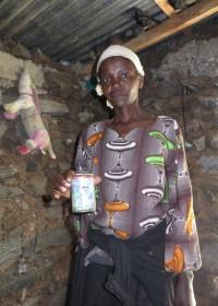 Parafine in een afgezaagde spuitbus, de verlichting in ruraal gebied in Kenia