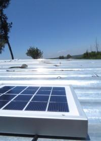 Opladen via het zonnepaneel op het dak, Baringo, Catherine, family empowerment, solar light
