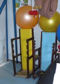 De sta/zit stoel die voor Joshua gemaakt moet worden, occupational en physiotherapy, Kyeleni, Thika,Kenya