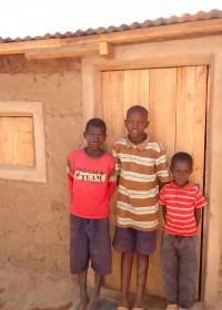 Drie van de kleinzoons van oma Beatrice, Makutano, Kenia
