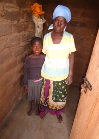Oma Beatrice met een van haar kleindochters, Makutano, Kenia