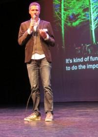 Gerard van Gemert, ambassadeur Circle4life,opent de lezing, 8 mei 2014, Parktheater Alphen aan den Rijn, sponsoring, Circle4life Kenya