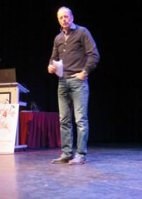 Gerard Kemkers, hoofdspreker van de sponsoravond, geeft zijn lezing over successen en tegenslagen, Parktheater, Circle4life Kenia