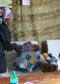 Fysiotherapie door mama, Joshua geniet ervan, medische hulp, Circle4life Kenya