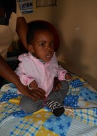 Joshua (3) heeft een gedeeltelijke hersenverlamming als gevolg van geelzucht als pasgeboren baby en heeft hierdoor een spasme. Circle4life ondersteunt hem met fysiotherapie en bezigheidstherapie. Drie keer per week gaat zijn mama met hem naar de kliniek voor fysio en een keer per maand krijgt hij bezigheidstherapie in het ziekenhuis van Thika. Thuis oefent zijn moeder twee keer per dag met hem op de fysio bal en in de speciaal gemaakte stoel waarin hij moet leren zitten en staan. En met resultaat... Joshua