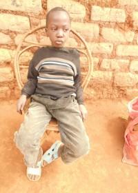 Charles is in 2006 geboren als oudste kind van tienermoeder Anna. Direct na zijn geboorte huilde hij maar daarna verstomde alle geluid. Hij kan horen maar niet praten en is soms zo verdrietig en gefrustreerd over het feit dat niemand hem begrijpt. Dit jongetje heeft onze hulp hard nodig. Samen met zijn broertje Moses (6) en zusje Mary (2) woont hij met zijn moeder bij oma en opa. De kinderen zijn nog nooit naar school geweest. Via de KNO artsen in het Kenyatta National, medical assistance, Circle4life Kenya