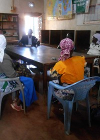 Uitleg over de solar lamp, family empowerment program, Circle4life CBO Kenya, stichting Cirlcle4life, partner UWEP