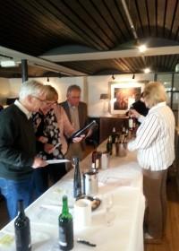 Proeven, proeven, proeven... er was zo'n mooi aanbod van prachtige wijnen, soroptimistclub Alphen aan den Rijn, wijnproeverij 2 november