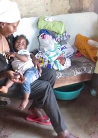 Joyce uit Syombuni met haar twee jongste kinderen en kleindochter Pauline uit het sponsorprogramma van Circle4life