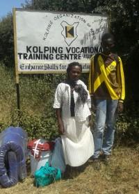 Jozephat en moeder Wairimu uit Kiandutu voor het opleidingscentrum, Makutano, Kenia