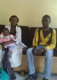 Jozephat is er klaar voor, zusje Catherine en moeder Wairimu brachten hem weg naar Kolping Trainings Centre, Makutano, Kenia
