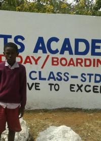 Kevin voor het intake gesprek op Heights Academy, na de april vakantie zal hij hier intern gaan wonen en naar school gaan, onderwijs, Circle4life Kenia