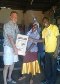 Nathan Puffer overhandigt de Wisdom Stove aan oma Beatrice, Family Empowerment, energiezuinig koken, Circle4life Kenia