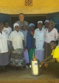 De hele groep vrouwen en man! na de bijeenkomst over solar, energiezuinig koken en sparen, Donyo Sabuk, Kenia, Circle4life, Wisdom Stoves Org.