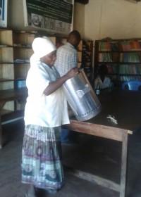 Oma Mary gaat de werking en het gebruik van de Wisdom Stove uitleggen aan de groep, family empowerment, Circle4life, Wisdom Stoves Org.