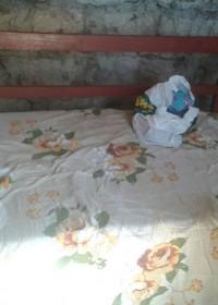 Het op hoogte gemaakte bankbed voor John, als zitten te moeilijk wordt... family empowerment, Circle4life Kenya