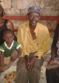 De ernstig zieke John op zijn nieuwe bankbed, naast hem zijn moeder, zoontje, vrouw en baby Victoria, Donyo Sabuk, family empowerment, Circle4life