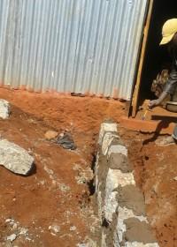 Het leggen van de fundering en ondergrond voor de nieuwe kamer, family empowerment, Circle4life Kenya, Gatanga