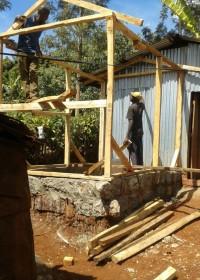 Houten skelet, aanbouw huis, Waweru (83), Gatanga, family empowerment, Education, Circle4life Kenya