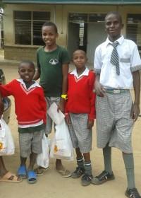 Susan, Joseph, vriendje, Stephen en Mike Tyson bij Machakos School for the deaf, start schoolvakantie augustus