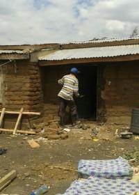werk aan de winkel, het renoveren van de schade aan het huis van Jane in Kitambasya