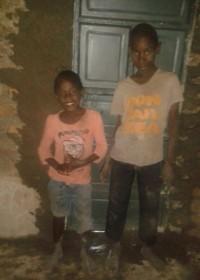 Joseph en Julius voor de nieuwe deur, family empowerment, Kitambasya, Circle4life Kenya