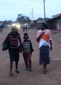 Klaar voor de lange rit naar het Kikuyu ziekenhuis waar Eric in de oogkliniek geopereerd wordt aan staar. Crisis Aid, Medical Aid, Circle4life Kenia