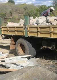 Stenen, zand, cement, hout en golfplaten... de basis voor het bouwen van een huisje voor Kennedy Musila, Baringo, Kenia, crisis aid Circle4life