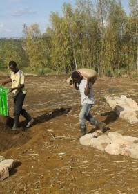 Zandzakken volscheppen en vervolgens een paar km omhoog de bergen in. Ze doen het maar mooi om Kennedy te helpen, Baringo, Kenia, Circle4life