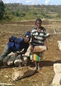 Een geintje tussendoor hoort erbij, DISC Youth assisteert bij het omhoog brengen van de zware last, Baringo, Kenia, Circle4life, project Kennedy Musila