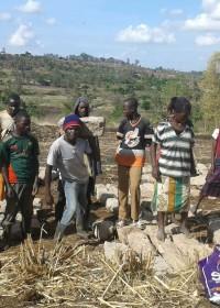 DISC Youth helpen bij het versjouwen van alle zware bouwmaterialen, Baringo, Kenia, crisis aid, Kennedy Musila