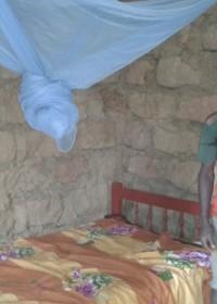 Een eigen huis, een plek onder de zon... vanaf nu heeft Kennedy zijn eigen huis en zijn eigen plek in een bed onder een dicht dak! Family empowerment, crisis aid Circle4life Kenya