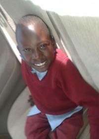 Felix Nzioki, verlamd vanaf zijn middel door een open ruggetje, kinderen met een handicap, medische zorg, Circle4life, Kenia