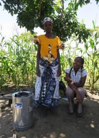 Een dankbare Catherine met maatschappelijk werkster Margarete Njeri, Baringo Kenya, Circle4life