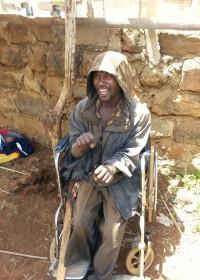 Francis in zijn oude rolstoel, zijn huis, bed alles.... Donyo Sabuk, Kenia, Circle4life, crisis aid, medical aid