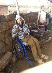 Francis in zijn nieuwe rolstoel, nieuwe kleren en van top tot teen gewassen... Donyo Sabuk, Kenia, Circle4life, crisis aid, medical aid